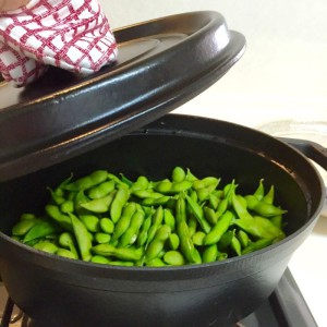お鍋に入った枝豆