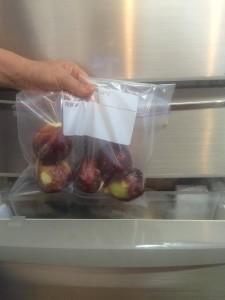冷凍のいちじくを冷蔵庫から取り出す