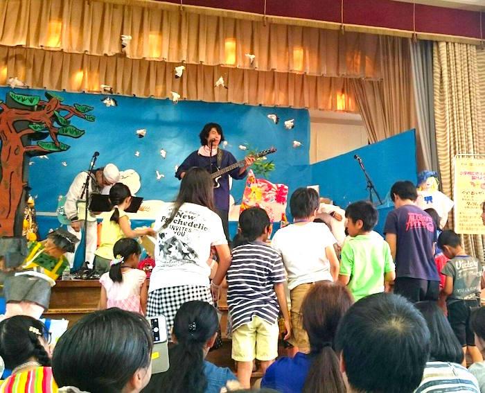小学校に色えんぴつを届けようコンサート