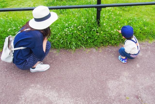 お花をみているママと子ども