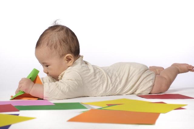 折り紙で遊ぶ赤ちゃん
