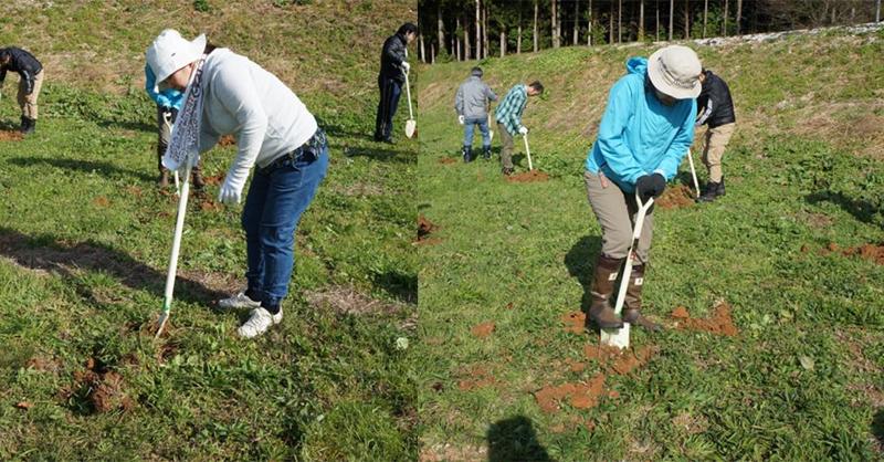 穴掘りする女性たち