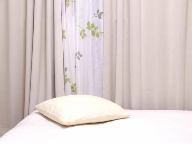 窓際のベッドとまくら