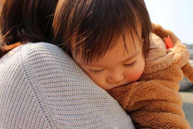 ママにだっこされて、眠る子ども