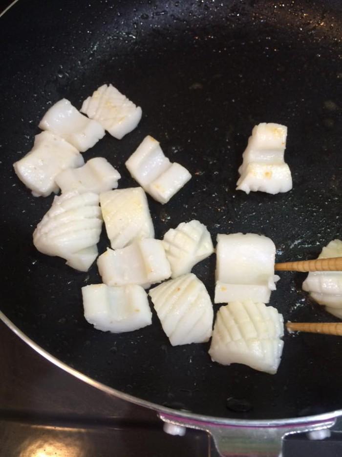 いかをフライパンで炒める