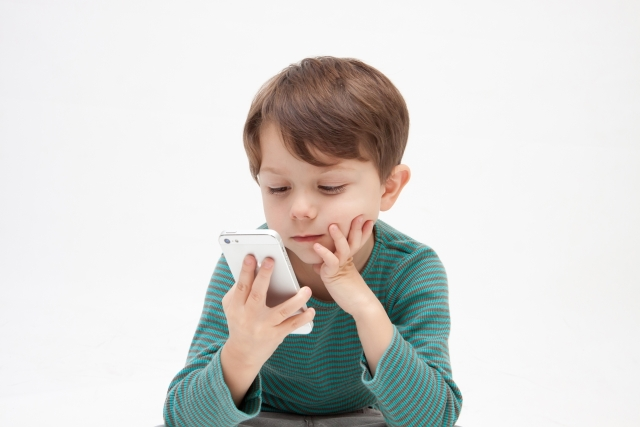 スマートフォンを持つ子ども