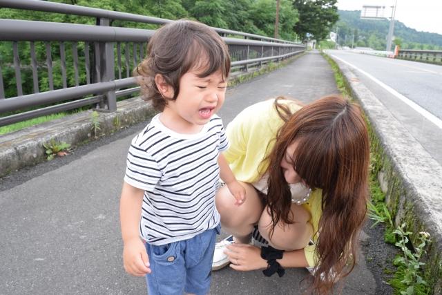 転んで泣く子ども