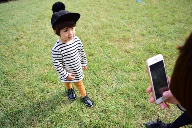 スマートトフォンで子どもの写真を撮る