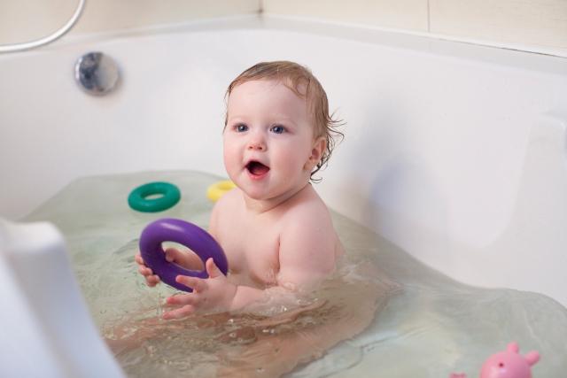 お風呂で遊ぶベビー