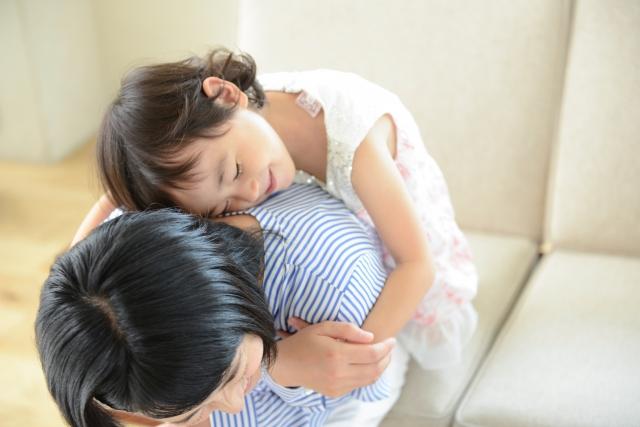ママに抱っこしてもらってる女の子