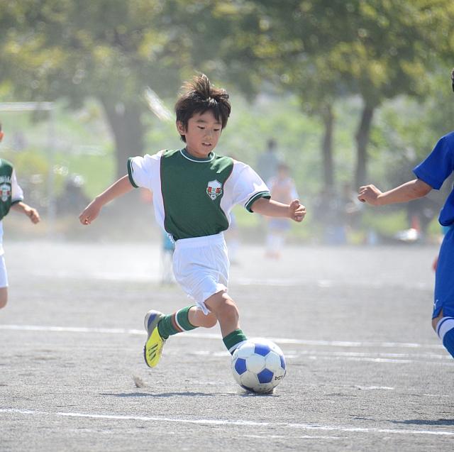 サッカーをしている子ども