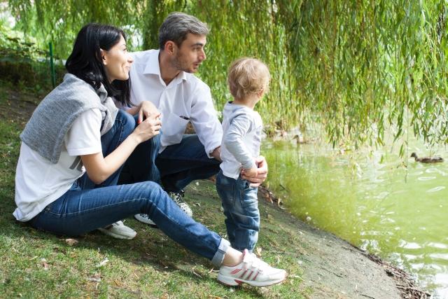 湖畔に佇む親子3人