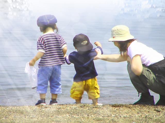 水辺で遊ぶママと子どもたち