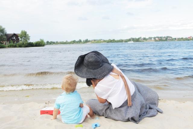 浜辺の赤ちゃんとママ