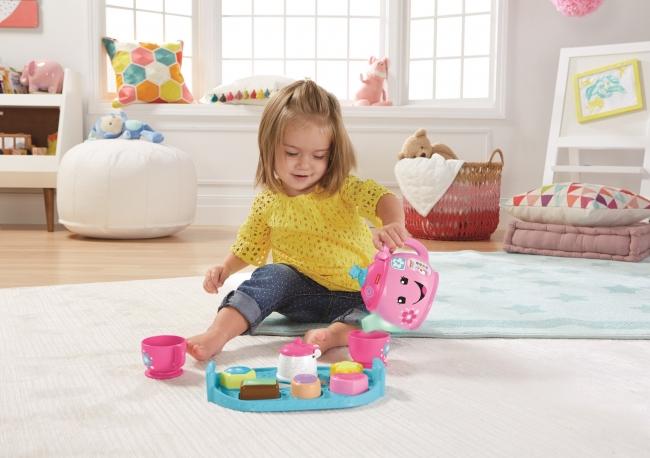 「スマートステージ・バイリンガル・ティーセット」で遊ぶ子ども