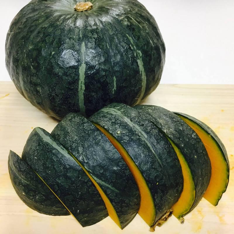 かぼちゃを食べやすい大きさにカット