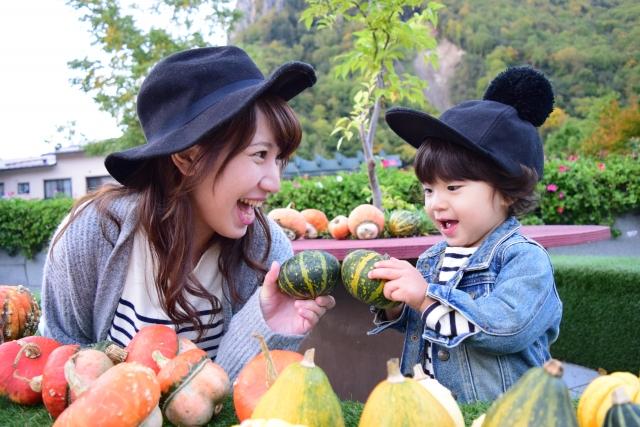 かぼちゃに囲まれるママと子ども