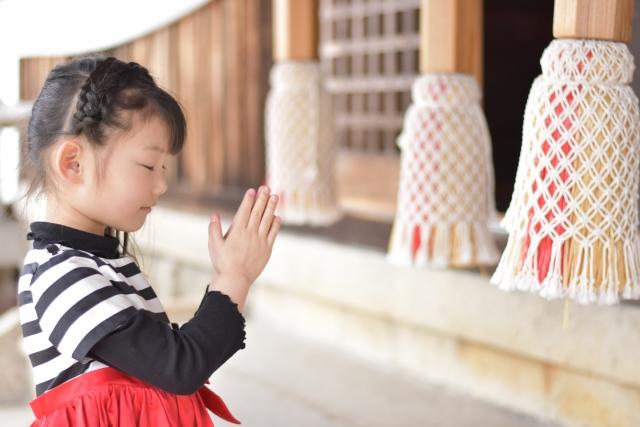 神社にお参りをする女の子