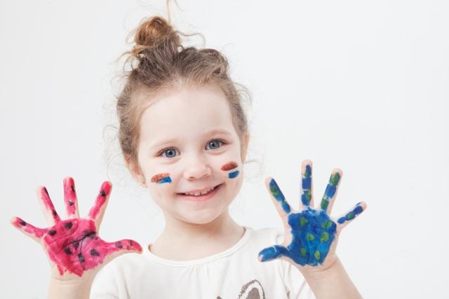 絵の具で遊ぶ子ども