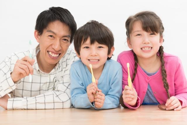 歯ブラシを持った家族