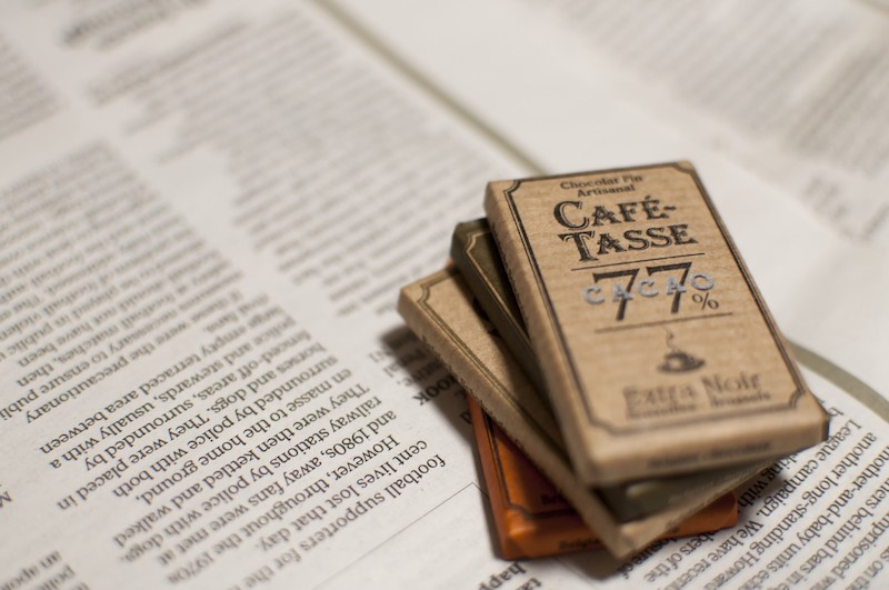 チョコレートと英字新聞