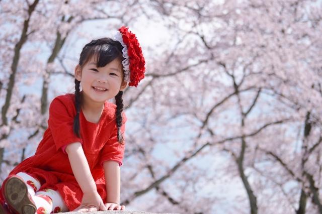 桜の前の女の子