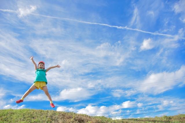 飛び上がって喜ぶ子ども