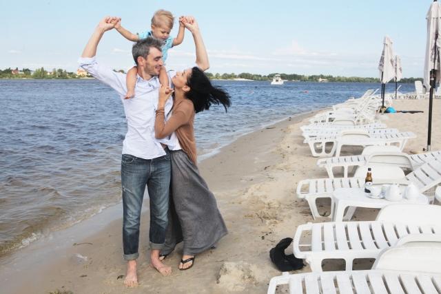 海岸線を歩く家族