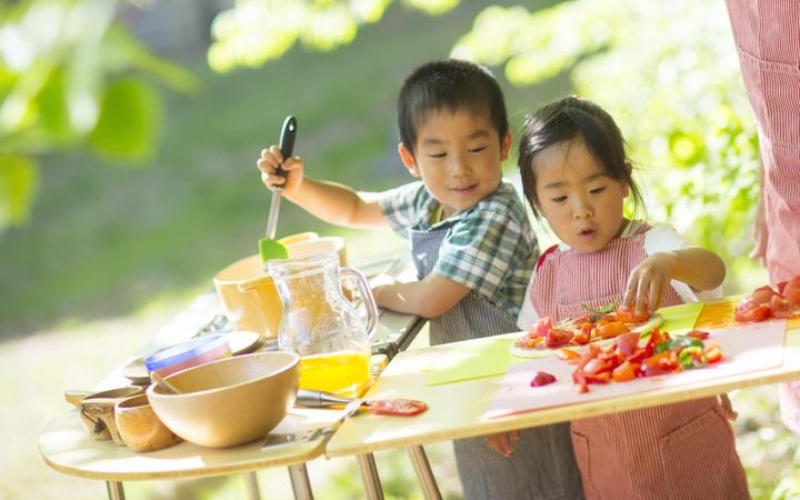 食事の支度をする子ども