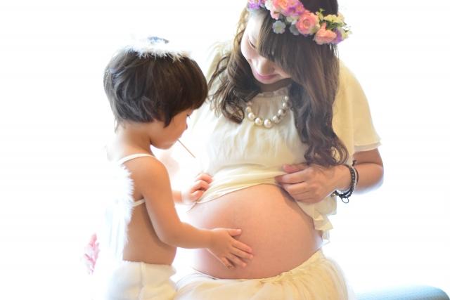 妊娠中のママのお腹を触る子ども