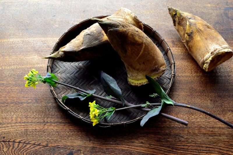 黒いざるに盛った筍と菜の花