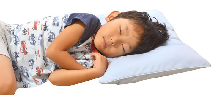 「はじめてのジュニア枕」で眠るこども