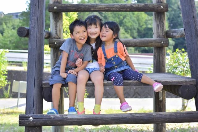 アスレチックで遊ぶ子ども3人