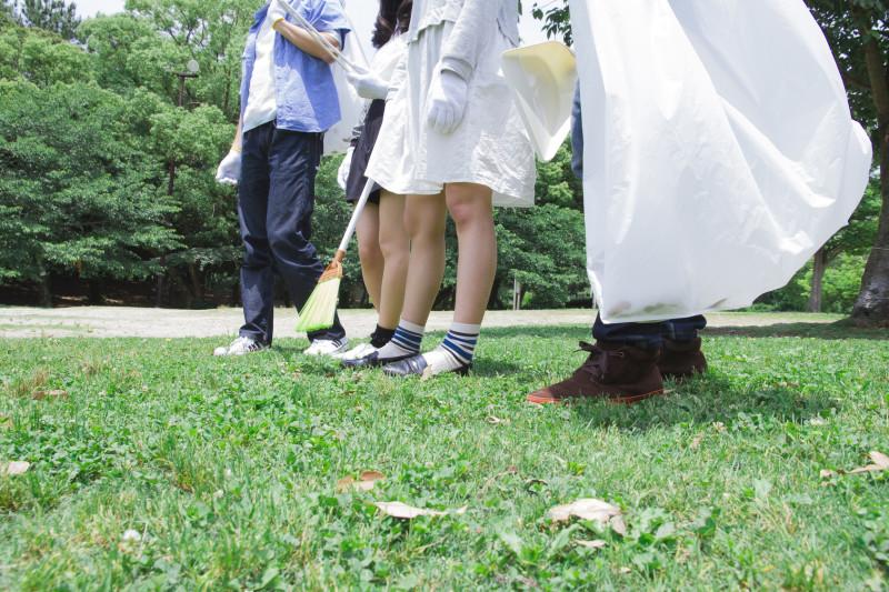 ゴミ拾いをする学生