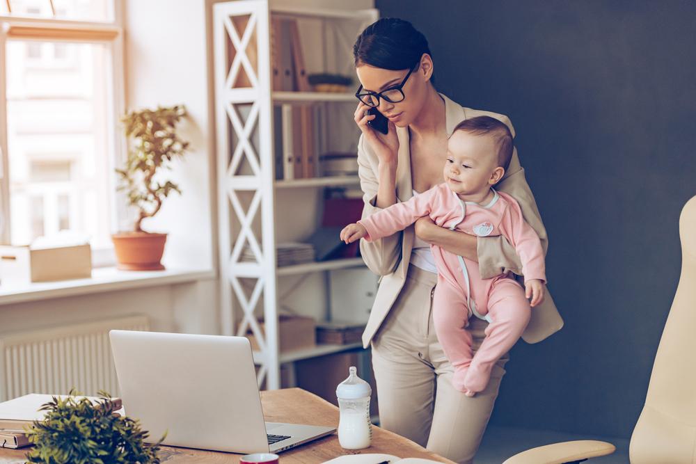 スーツで子どもを抱くママ