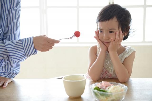 トマトを食べるのを嫌がる子ども
