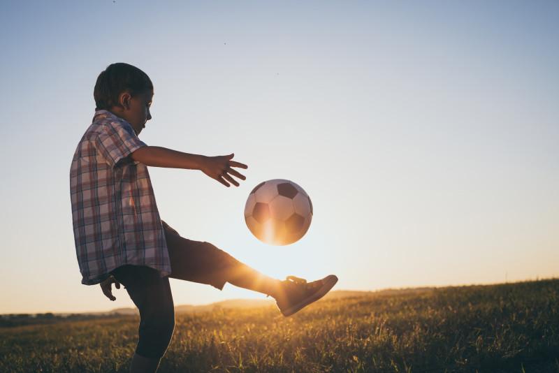 サッカーしている子ども