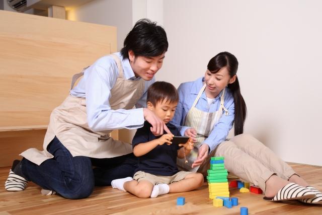 子どもと一緒に遊ぶ親子