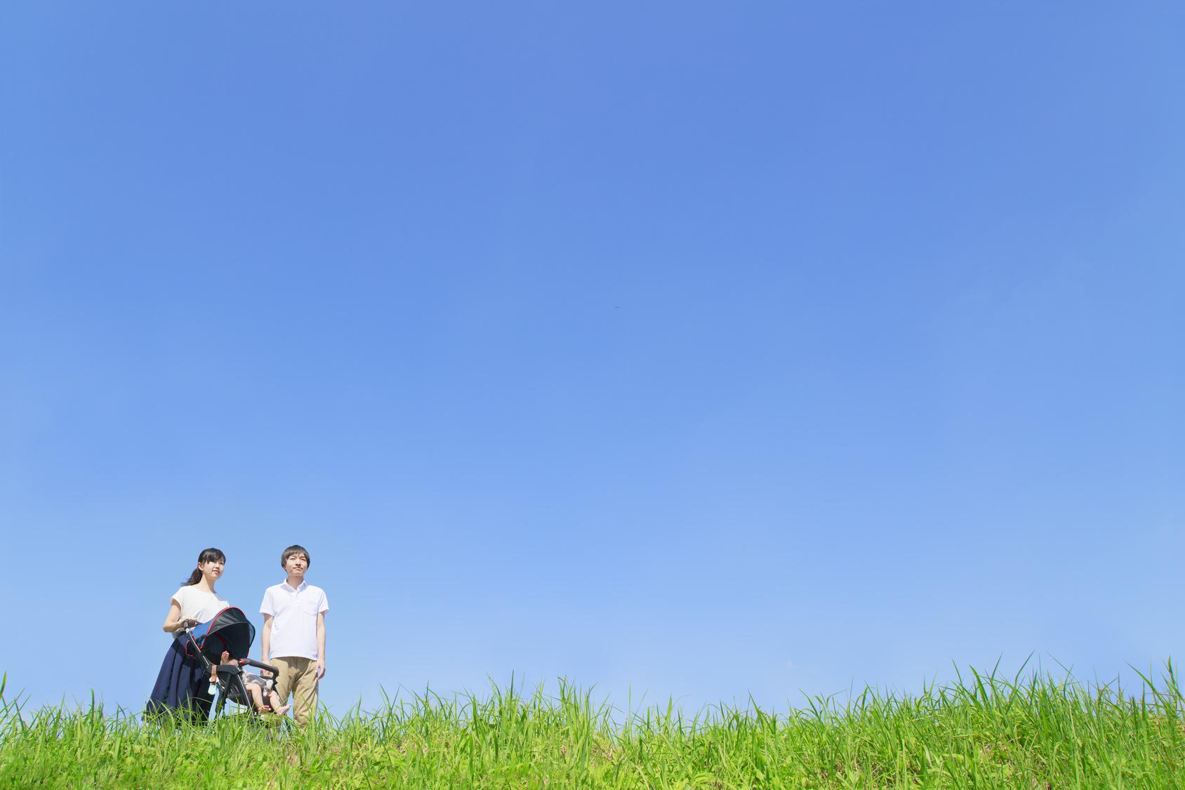 青空の下で散歩する家族
