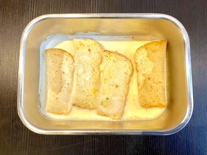 パンを温めた液に浸す