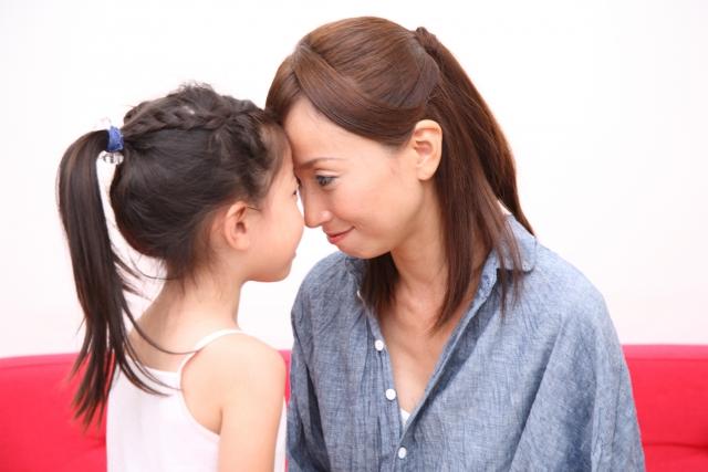 おでこを合わせる母と娘