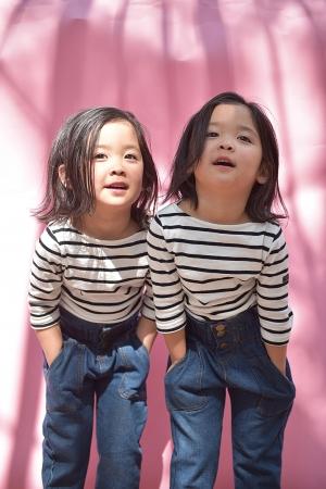 お揃いの服を着る女の子二人
