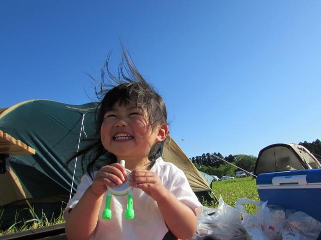 キャンプ場で笑顔の女の子