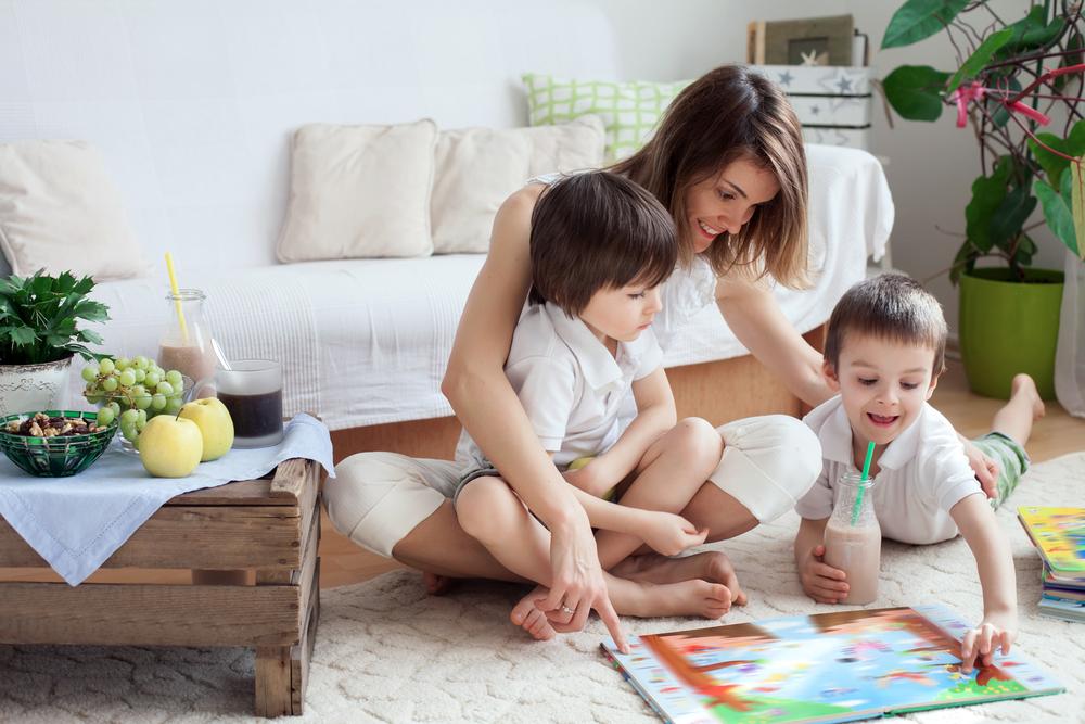 ママと遊ぶ子どもたち