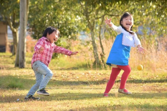 公園を走る子どもたち