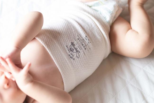 ワッフル腹巻きを付けて寝ているベビー