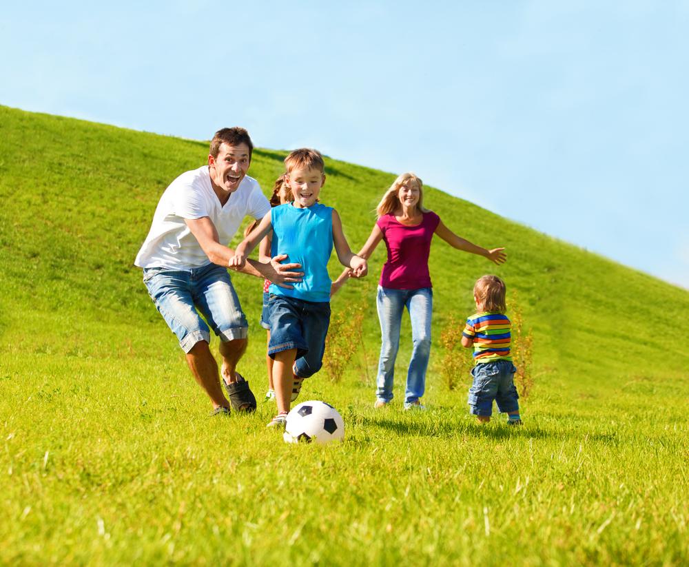 サッカーボールで遊ぶ家族