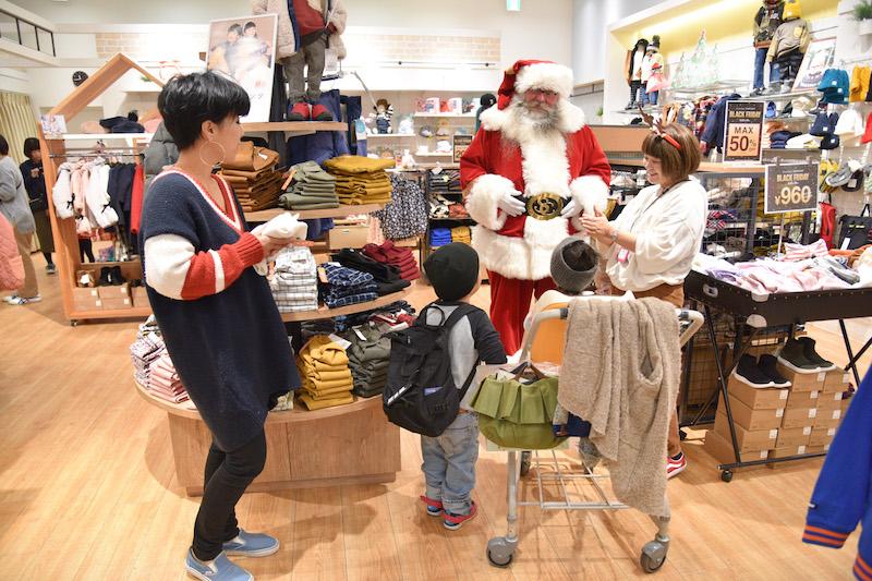 サンタに驚く子どもたち