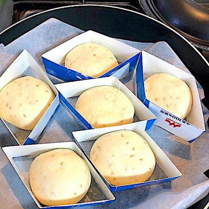 パン生地を牛乳パックに入れる