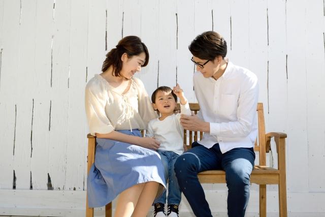 ベンチに座る親子